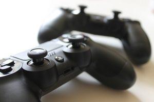 משחקים לפלייסטיישן: הארד קופי או קנוי אונליין? מה כדאי?